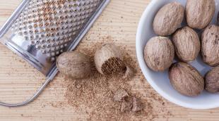 Как используется мускатный орех в кулинарии: в какие блюда и в каком количестве добавляют пряность