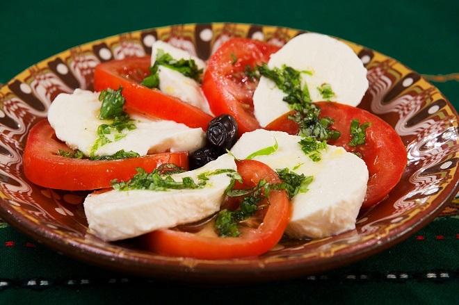 базилик с помидороми и сыром