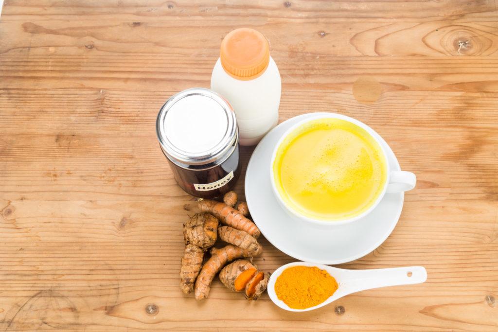 Как принимать молоко с куркумой